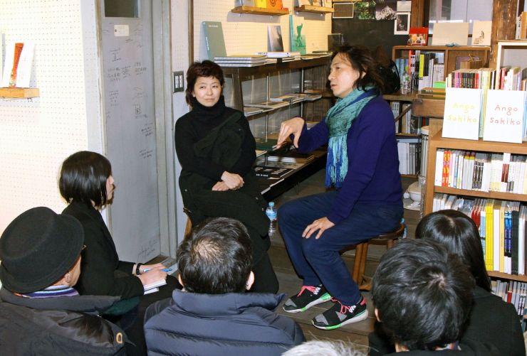 新潟市で来月開かれる写真展に向け、安吾作品への思いを語る野村佐紀子さん(左)と町口覚さん=新潟市中央区沼垂東2の「BOOKSf3」