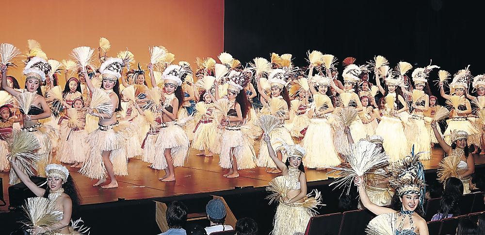 華やかなステージを繰り広げる出演者=小松市の県こまつ芸術劇場うらら