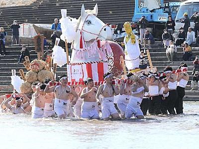 伝統の「はだか祭り」に願い 飯田・天竜川へ「御水、御水」