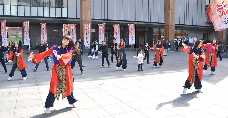 勢いのある踊りで5月の「NAGANO善光寺よさこい」をPRする安曇野市のよさこい踊りチームのメンバーら