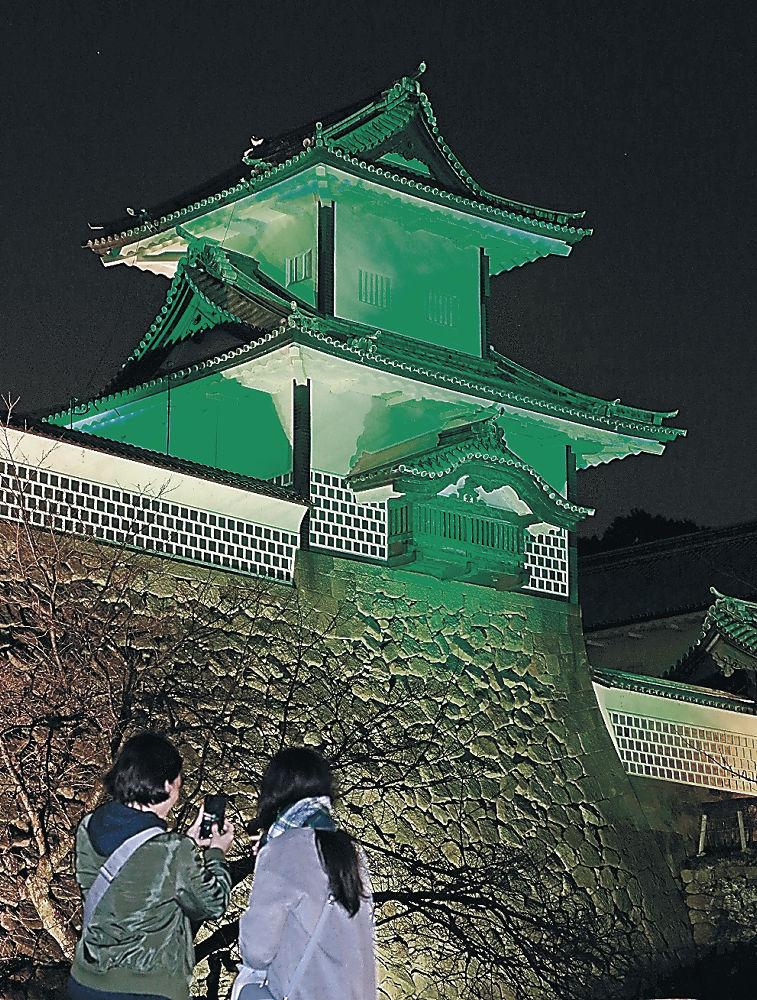 緑色にライトアップされた石川門=金沢城公園