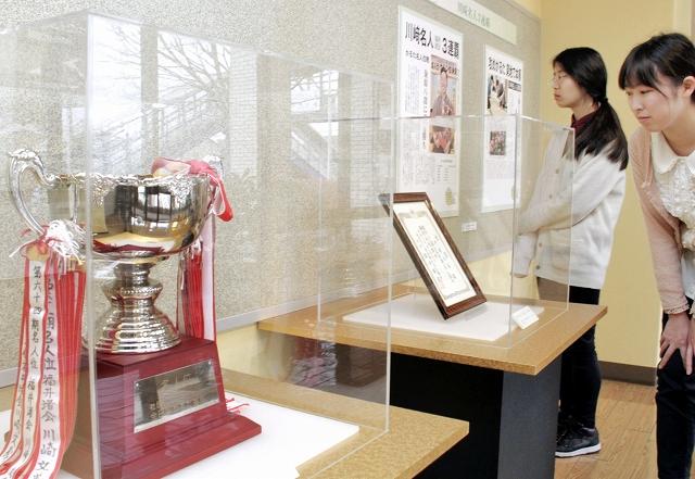 名人位のカップ(手前)や允許状が並ぶ「かるた王国ふくい展」=10日、福井市の県立こども歴史文化館