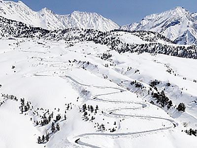 立山連峰に春の訪れ アルペンルート除雪急ピッチ
