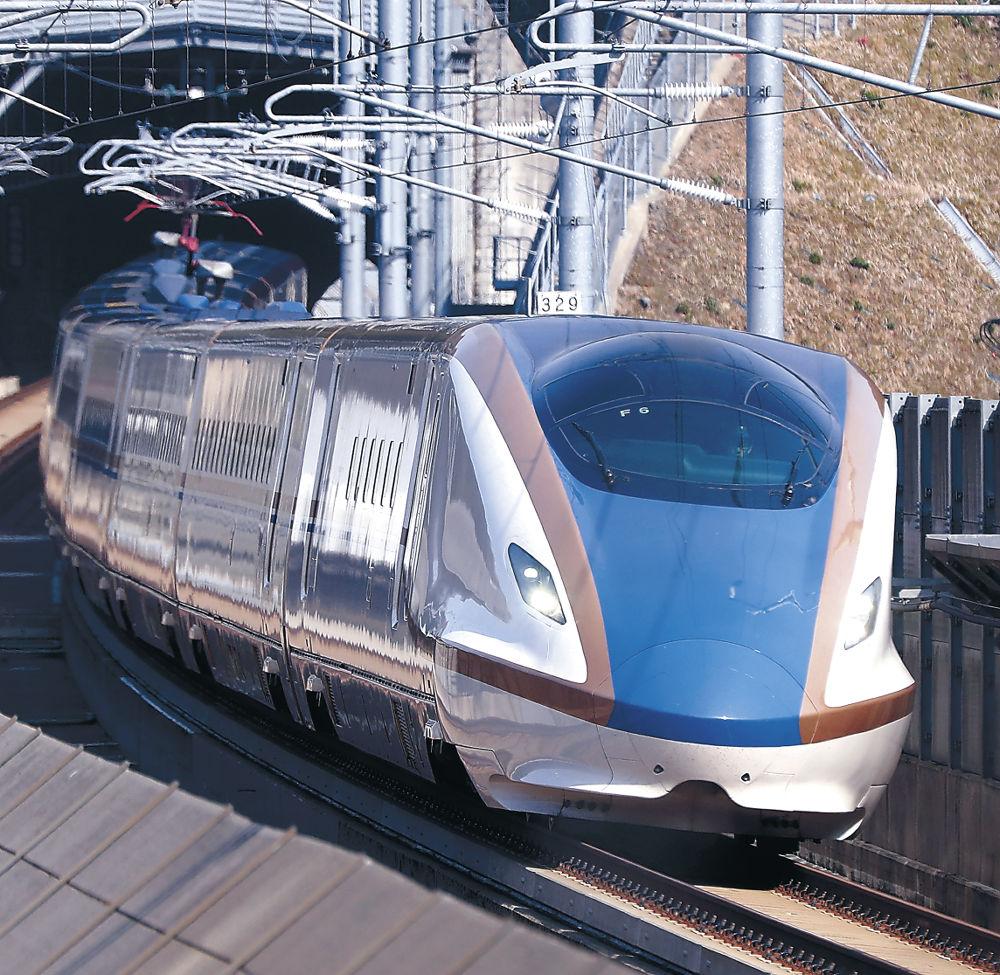 金沢開業3周年を迎える北陸新幹線=13日午後1時半、津幡町田屋