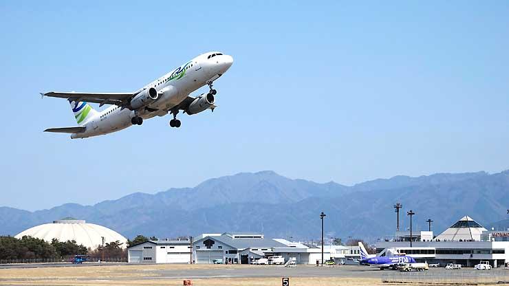 ツアー客らを乗せて飛び立つカンボジアのスカイアンコール機=県営松本空港