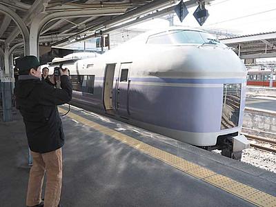 スーパーあずさE351系の雄姿撮影 松本駅で鉄道ファンら