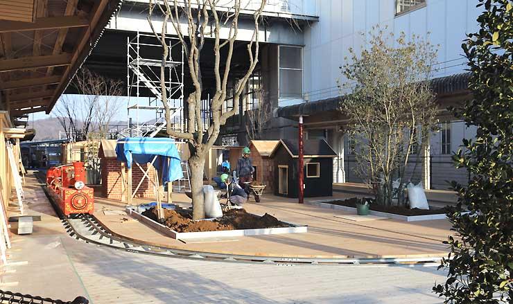 工事が進むしなの鉄道軽井沢駅の「森の小リスキッズステーションin軽井沢」。ミニトレイン「森の小リスでんちゃ」(左)などがある