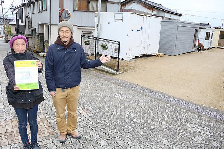 参道沿いで建設中の「ふしき坂ノ上ヴィレッヂ」を紹介する牧野さん(左)と齋藤さん