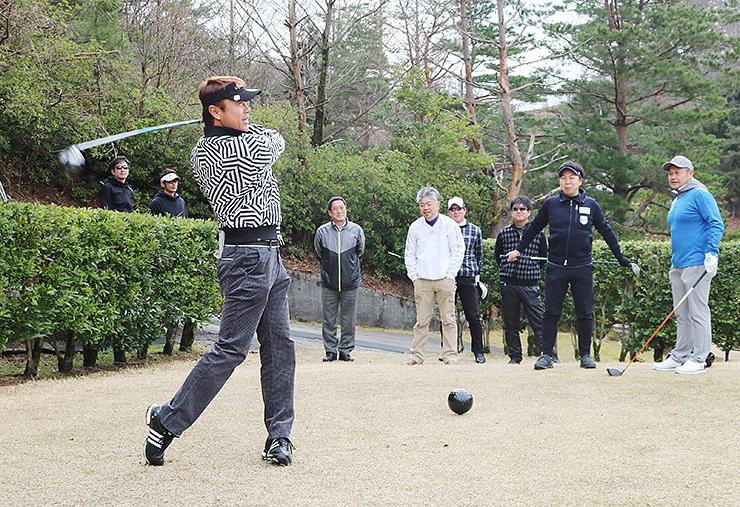 プレーを楽しむゴルファー=富山カントリークラブ