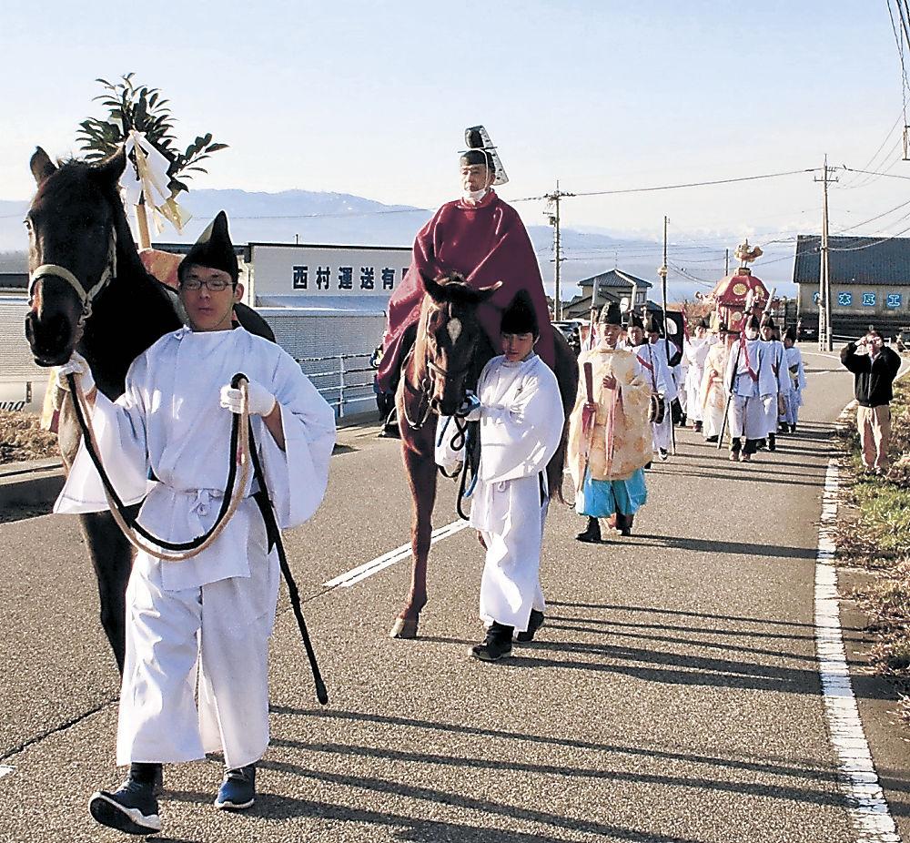 神馬が先導する「おいで祭り」の行列=羽咋市一ノ宮町