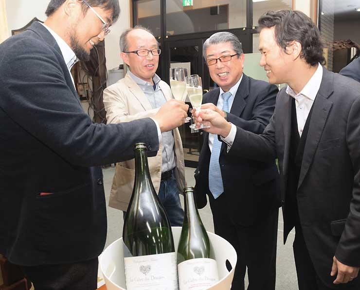 ドラゴン・シードルの完成を祝う(右から)野沢さん、馬渕さん、平島さん、入倉さん