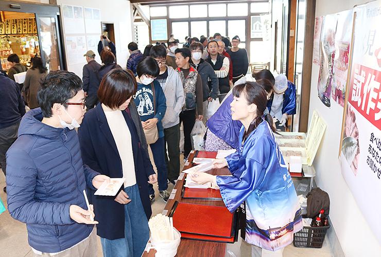行列ができる人気を集めた「氷見ぶり寿司」の試食会=ひみ番屋街