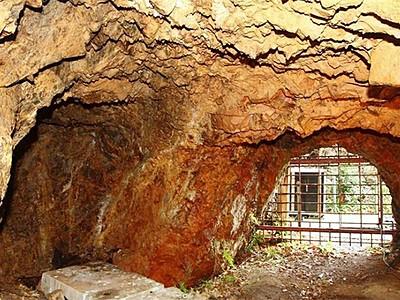 佐渡金銀山 無名異ルーツ間近に 原料採掘の坑道4月公開