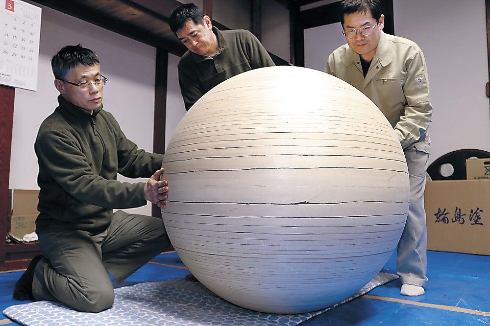 ろくろ挽きと組輪の技で球体の木地が仕上がった地球儀=輪島市鳳至町