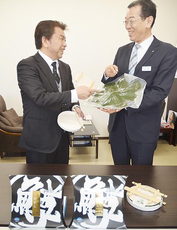 バンコクでのますずしの製造販売に向けて打ち合わせをする山瀬社長(右)と竹内社長=富山市掛尾町