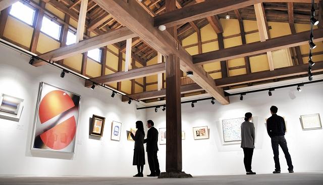 古民家の風情を生かした「蔵」ギャラリー=19日、福井県大野市元町