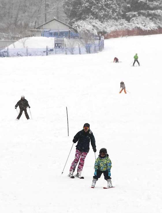 今季の営業最終日に滑りを楽しむスキーヤーたち
