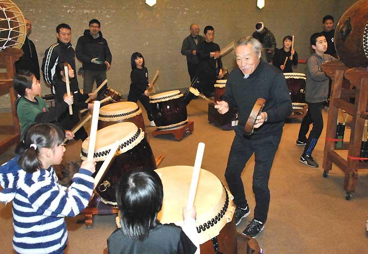 喜多郎さん(中央右)と一緒に太鼓を打つ子どもたち