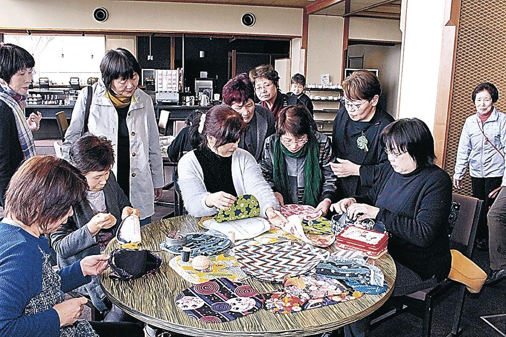 手芸を楽しみ交流を深める参加者=七尾市内の旅館