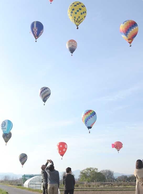 色とりどりの熱気球が佐久市の空に浮かんだ昨年の佐久バルーンフェスティバル