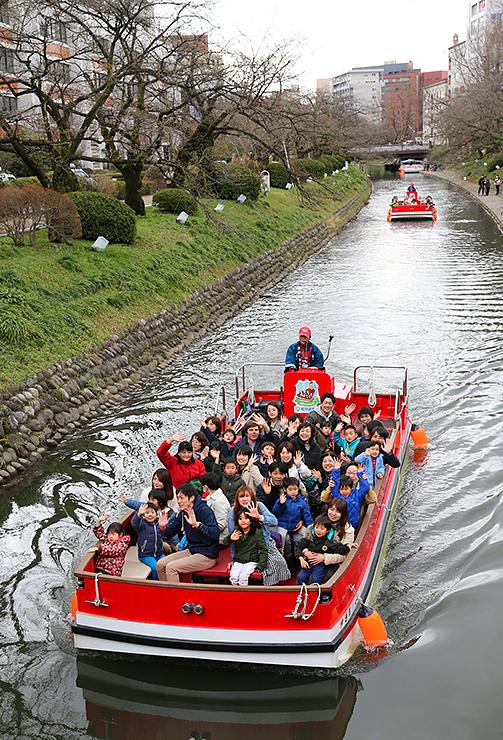 園児らを乗せて進む遊覧船=松川