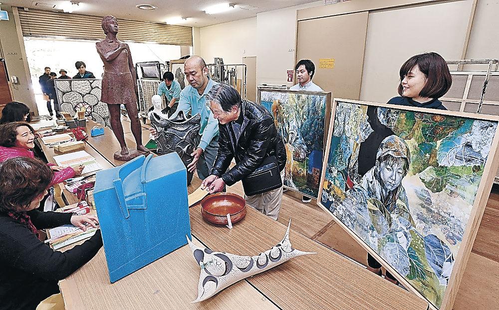 意欲作が続々と運び込まれた会場=金沢市の県立美術館