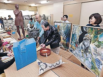 いざ現代美術展、意欲作携え 県立美術館、21世紀美術館に作品搬入