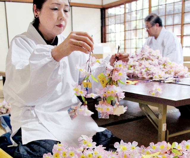 花換まつりに向け、桜の小枝作りに励む金ケ崎町婦人部の会員=23日、福井県敦賀市の金崎宮