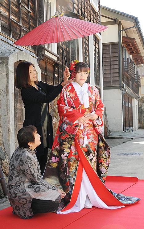 撮影リハーサルで打ち掛けを整える花庵のメンバー