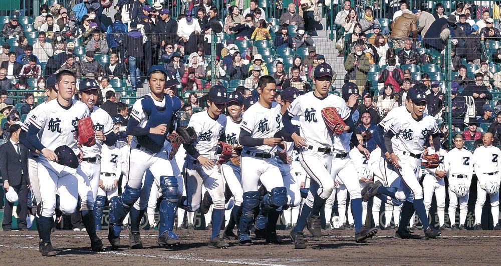 初戦を大勝し、スタンドに向けて駆け出す航空石川ナイン=甲子園球場