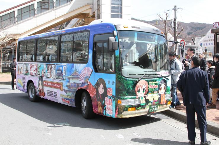 「諏訪姫」を車体にデザインしたラッピングバスの第1便
