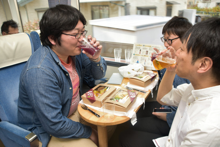 県内の多彩な地ビールを楽しむ乗客