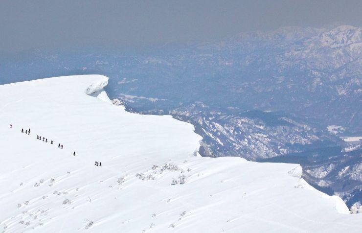 冬の間の強風が作り出した巨大な雪庇=25日、守門岳の大岳山頂付近
