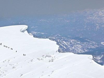 眼下に広がる自然の造形美 新潟・守門岳に雪庇