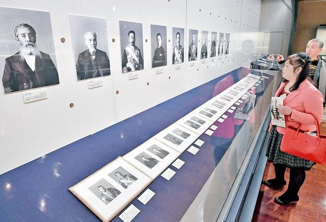 福井出身の御用写真師、丸木利陽の写真約100点などが並ぶ企画展=24日、福井市の県立歴史博物館