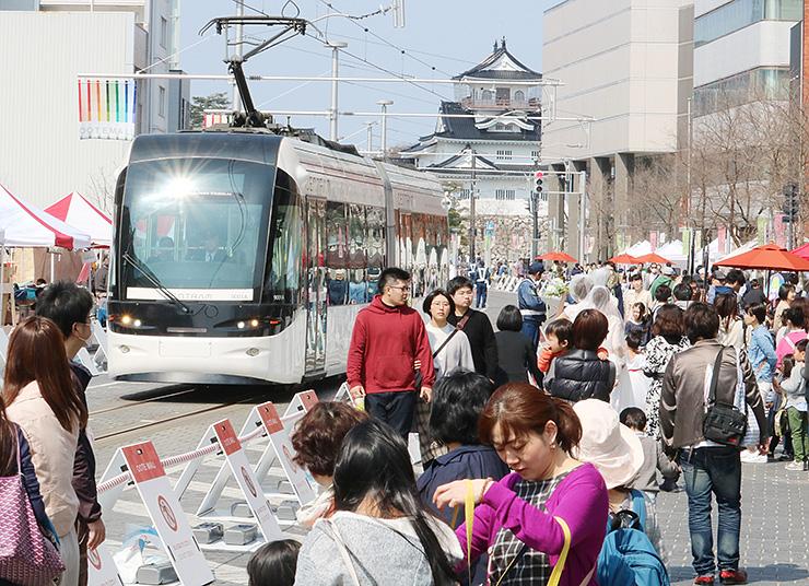 トランジットモールになり、大勢の来場者でにぎわう越中大手市場=富山市大手町
