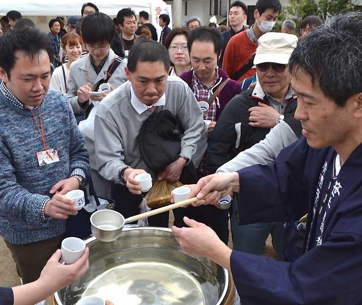 昨年4月に開いたイベントでは、約千人が各蔵自慢の味を楽しんだ