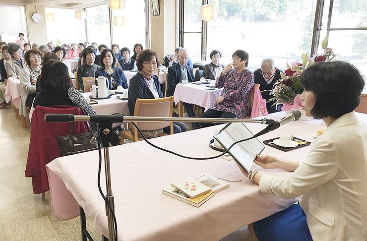 柳下さん(右)の朗読を聞く参加者