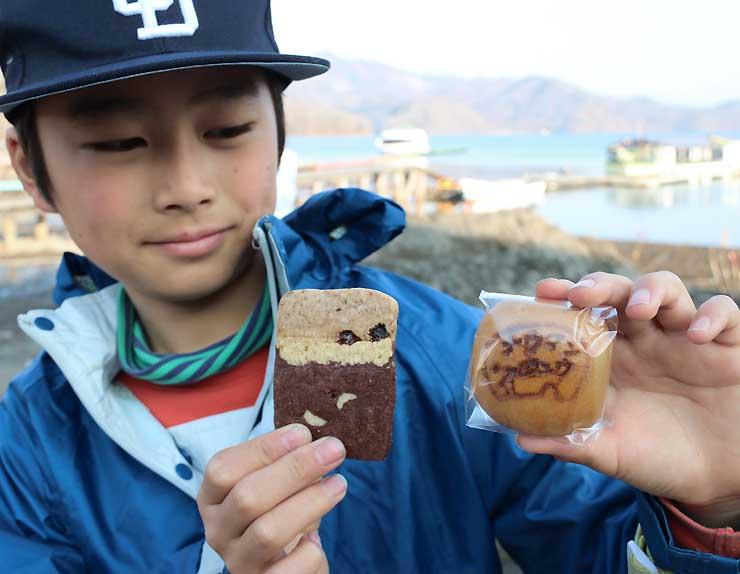 調査団で人気のナウマンジュウ(右)と地層クッキー