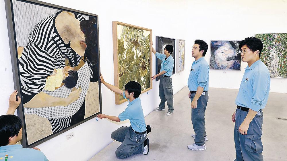 陳列作業が進む日本画の展示室=金沢21世紀美術館