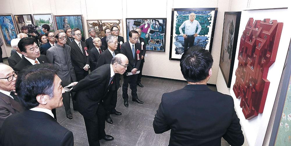 入賞作を鑑賞する開場式出席者=金沢市の県立美術館