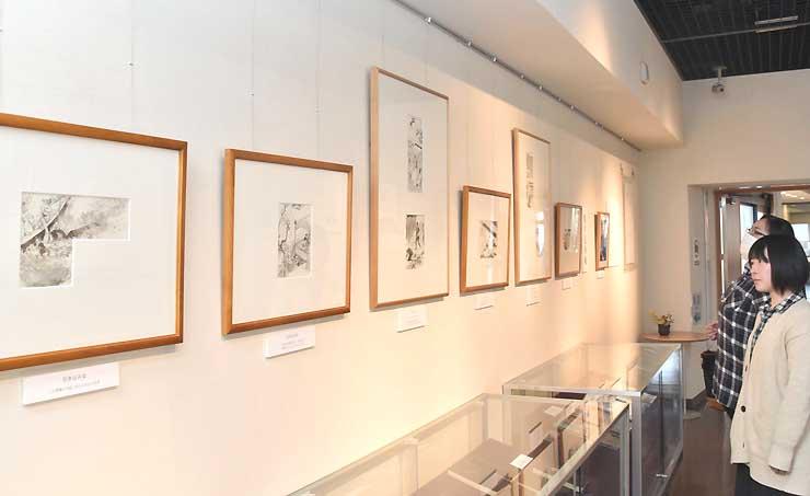 中さんが手掛けた、「鬼平犯科帳」などの挿絵の原画33点が並ぶ企画展