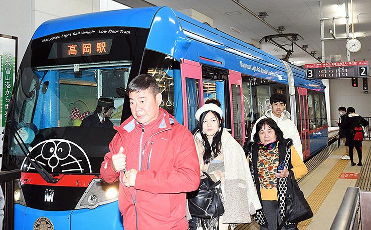 台湾人観光客の利用が急増している「ドラえもんトラム」=高岡駅