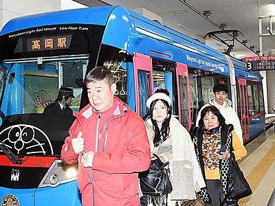 「ドラえもんトラム」台湾人客のびた! 万葉線