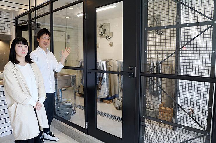 開業に向けて準備を進める山本さん(左から2人目)と妻の梢さん。右奥がクラフトビールの醸造設備=氷見市比美町