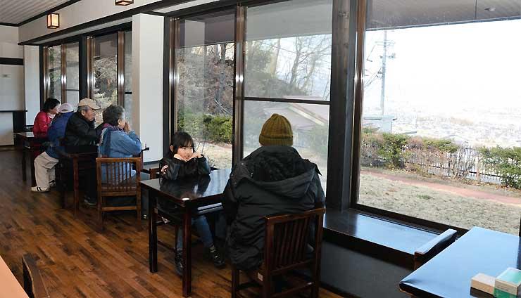 善光寺平を望む窓際にテーブル席を設けた姨捨観光会館の食堂。4月1日にリニューアルオープンする