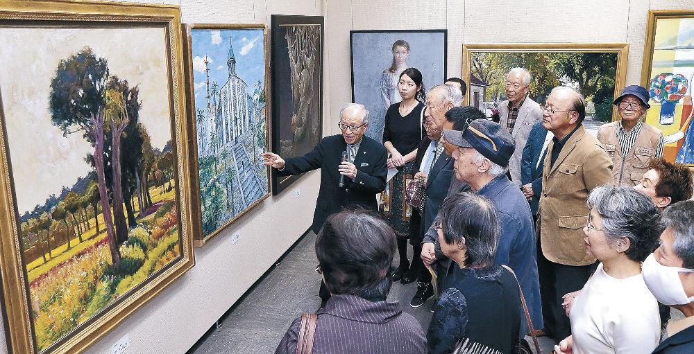 洋画の秀作群の世界観に理解を深める来場者=金沢市の県立美術館