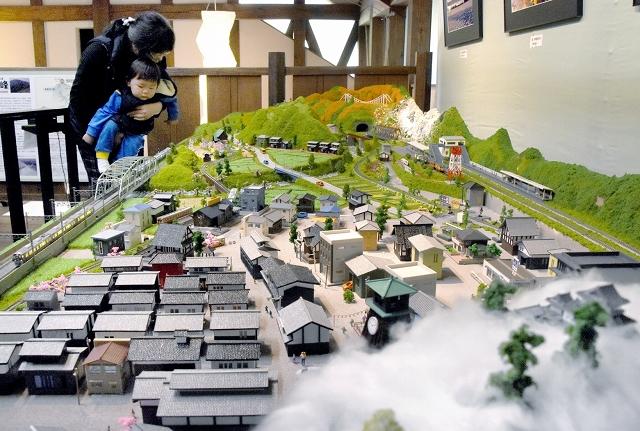 四季折々の大野の景色を凝縮した鉄道ジオラマ=福井県大野市の平成大野屋二階蔵