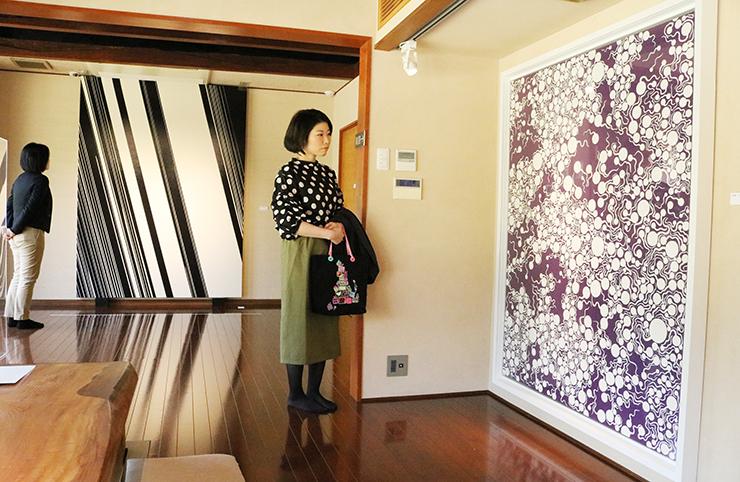 現代アートの秀作が並ぶ会場=樂翠亭美術館