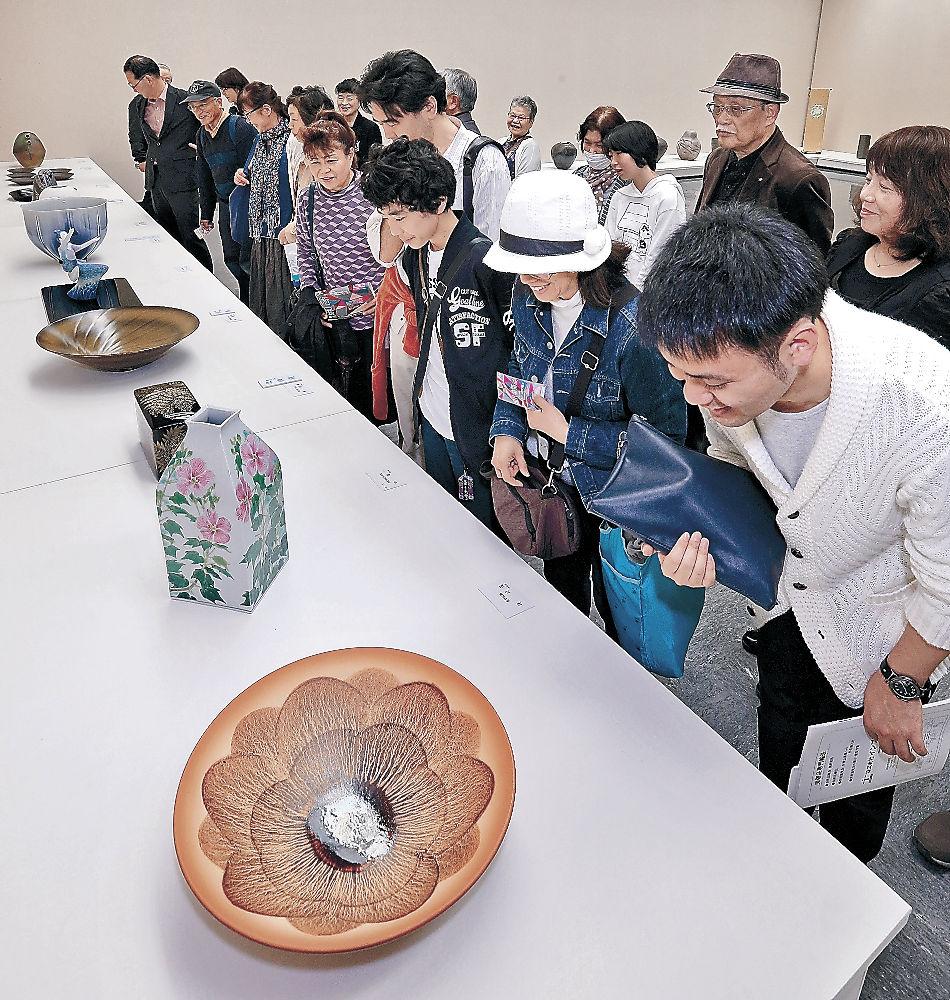 週末を迎えてにぎわう工芸の展示室=金沢市の県立美術館